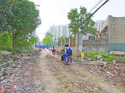 420米的路修了三年未修通居民只能绕行泥泞小路