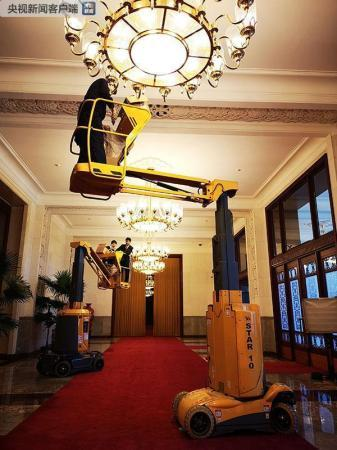 下午两点,人民大会堂工作人员正在检修北大厅照明灯,确保外事活动的顺利举行。(央视记者史伟拍摄)