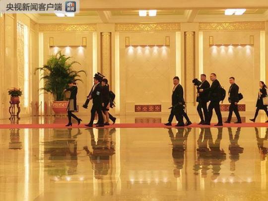 蒙古国记者正在进入会谈现场。(央视记者张晓鹏拍摄)
