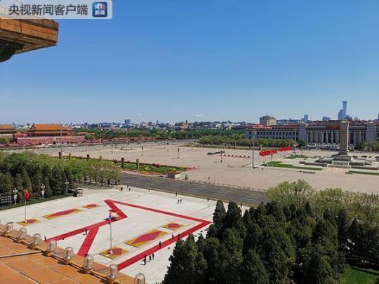 中午11点多,人民大会堂东门外广场上的红毯和检阅台已经布置完毕。(央视记者张宇拍摄)