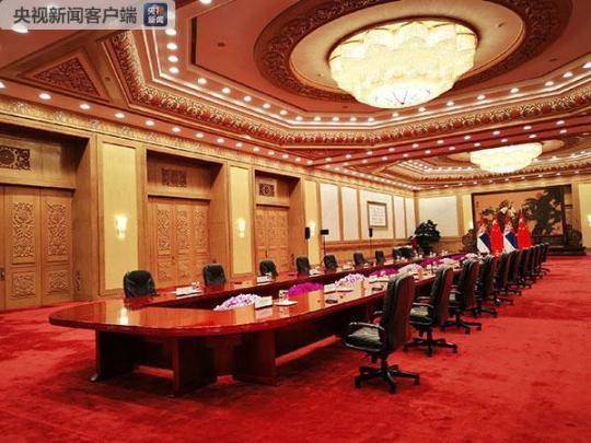 习近平和武契奇在人民大会堂东大厅举行会谈。(央视记者张晓鹏拍摄)