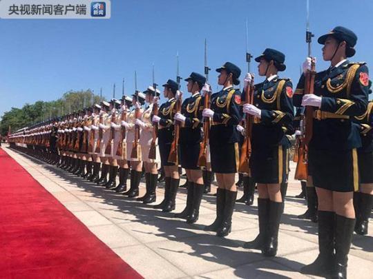 仪仗队女兵列队。(央视记者荆伟拍摄)