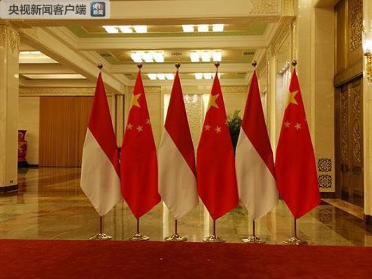 习近平同印尼副总统卡拉握手处。(央视记者王晓东拍摄)