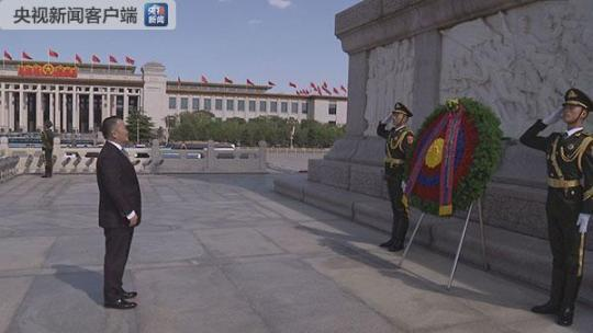 25日下午蒙古国总统巴特图勒嘎在天安门广场向人民英雄纪念碑敬献花圈。(央视记者韩锐拍摄)