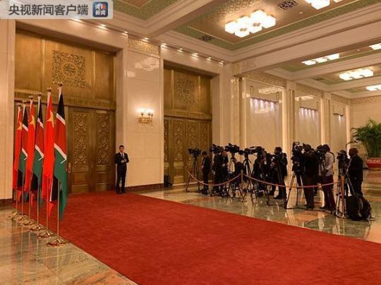 等待拍摄习近平和肯雅塔握手合影的记者。(央视记者章猛拍摄)