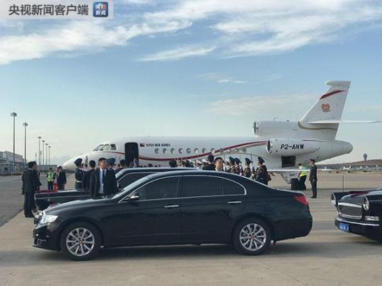 巴布亚新几内亚总理奥尼尔是25日习近平主席最后一位会见的领导人。当天下午17点许,奥尼尔乘坐的专机抵达首都机场。(央视记者魏帮军拍摄)
