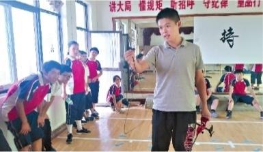自掏腰包教射箭让熊孩子学会守规则 90后老师有一手