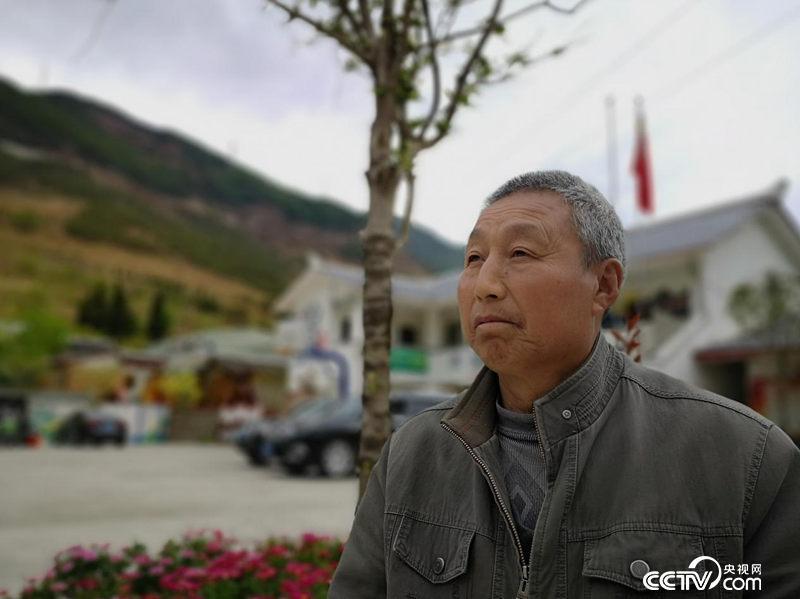 周文寿是两郎赡上连合村村平易近,睹证了两郎山远70年的变革。(阂穴/摄)