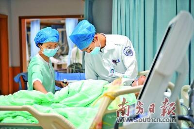 ICU里的生命拉锯战:她们与死神搏斗
