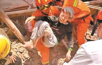 老屋倒塌 消防员徒手救老人