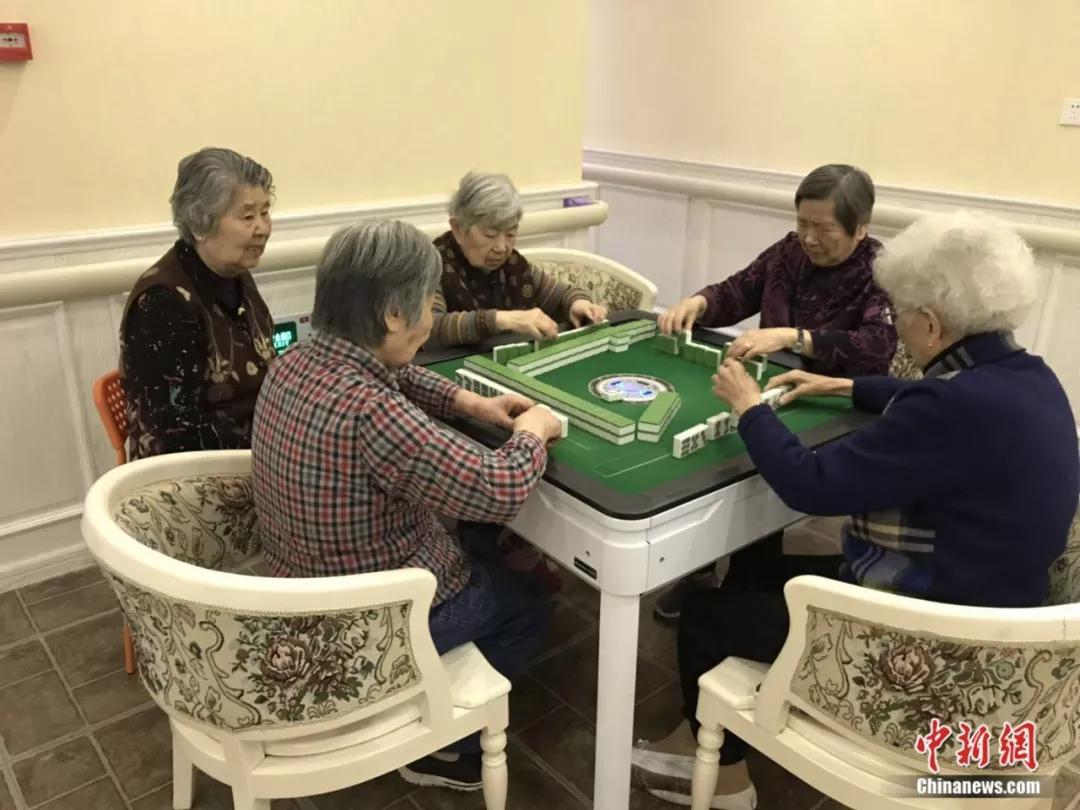"""97岁奶奶患""""老年痴呆"""" 打麻将却屡战屡胜令人称奇"""