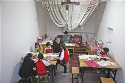 78岁老人每周末赴农村辅导留守儿童功课 自费盖新教室