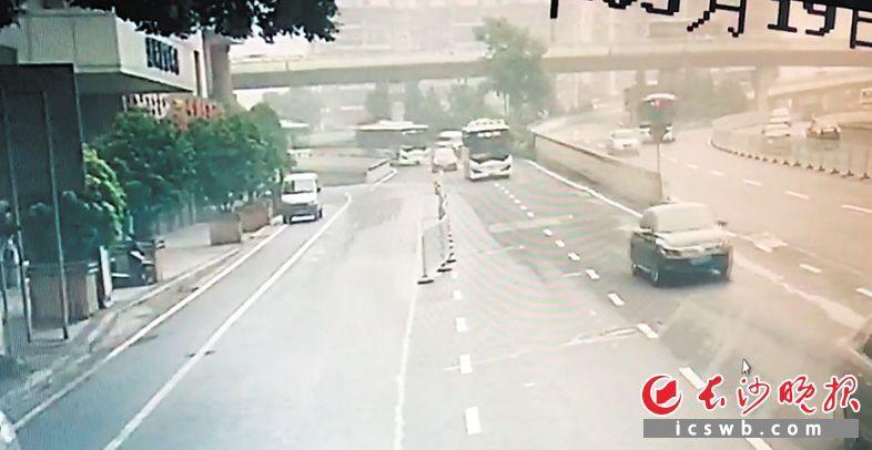 监控视频显现,被市平易近报警的402路公交车驶下波隆坐交桥时已呈现较着轧中线迹象。