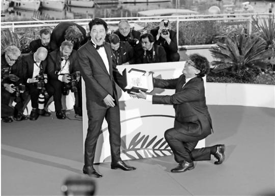 笑点不断中展现贫富阶层矛盾 韩国电影首摘金棕榈