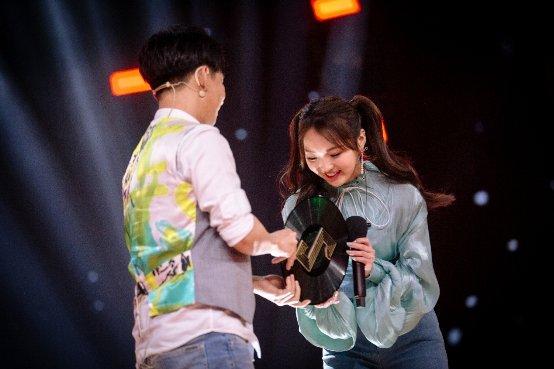 强东玥舞台演绎经典歌曲融入多种流行元素-中新网 - 中国新闻网 -4116681736