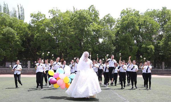班上唯一男生穿婚纱拍毕业照:只要同学们开心