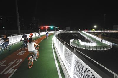 """北京自行车专用路开通 市民早起""""抢鲜"""""""