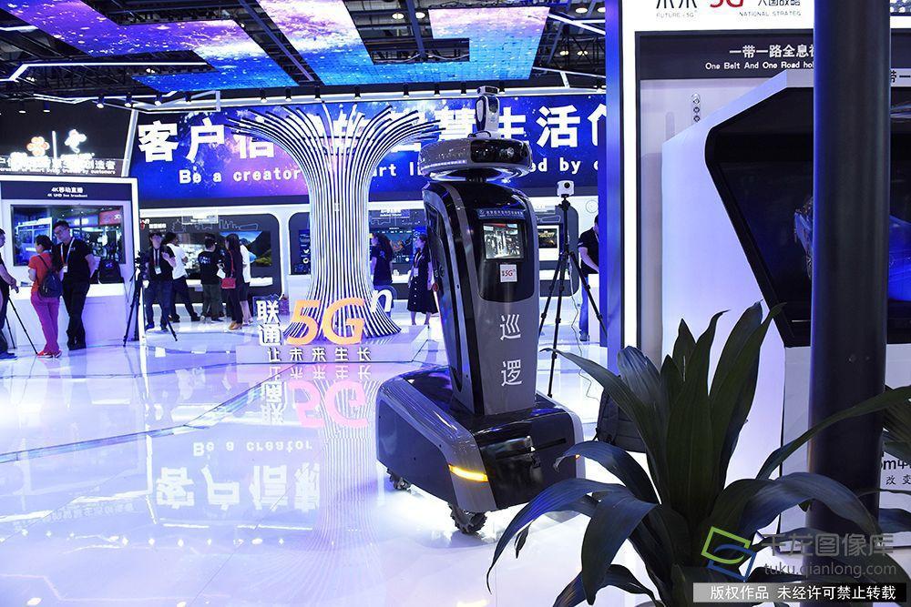 """北京�通""""5G 未�怼闭�d展出的智能安防�C器人。千���W�者 �Ⅵ�z"""