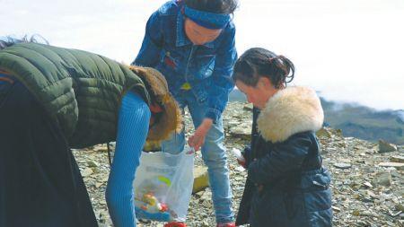 """在5000米高山捡垃圾守护雪山 这个乡的村民都是""""爬山侠"""""""
