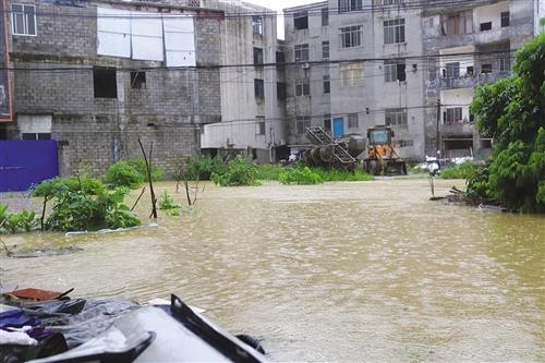 马山一村屯内涝水深超2米 多名村民被困