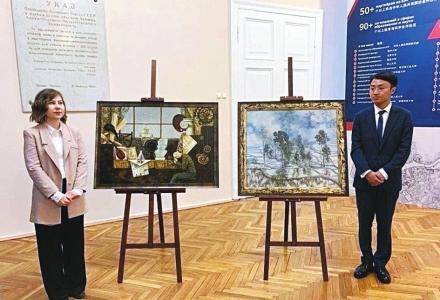 运城小伙冯光:代表中国向普京赠送油画