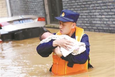 江西吉安:洪水水位?#27426;?#19978;涨 他抱起婴儿暖哭网友