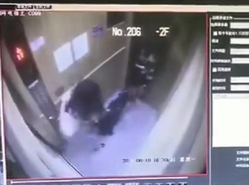 监控画面摄录下了犬只扑向幼童的瞬间.png