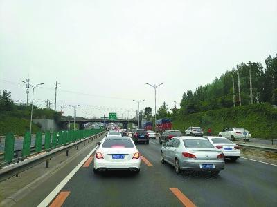京開高速上有私家車占專道 公交車5公里路堵一個小時