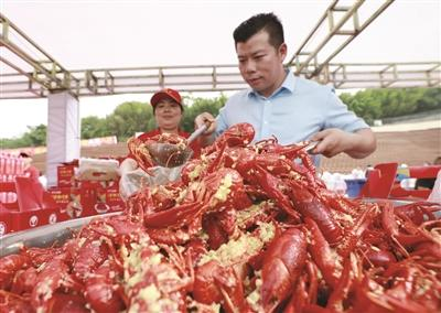 """盱眙举办""""万人龙虾宴"""" 3万多食客狂扫龙虾40吨"""