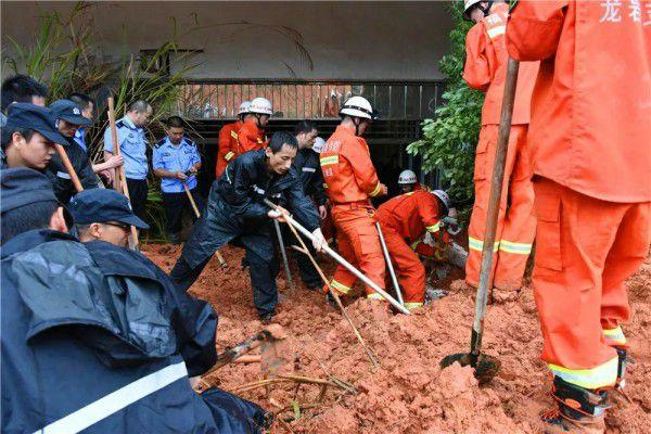 福建省武平县发作山体滑坡多车被埋 1人被困车中身亡