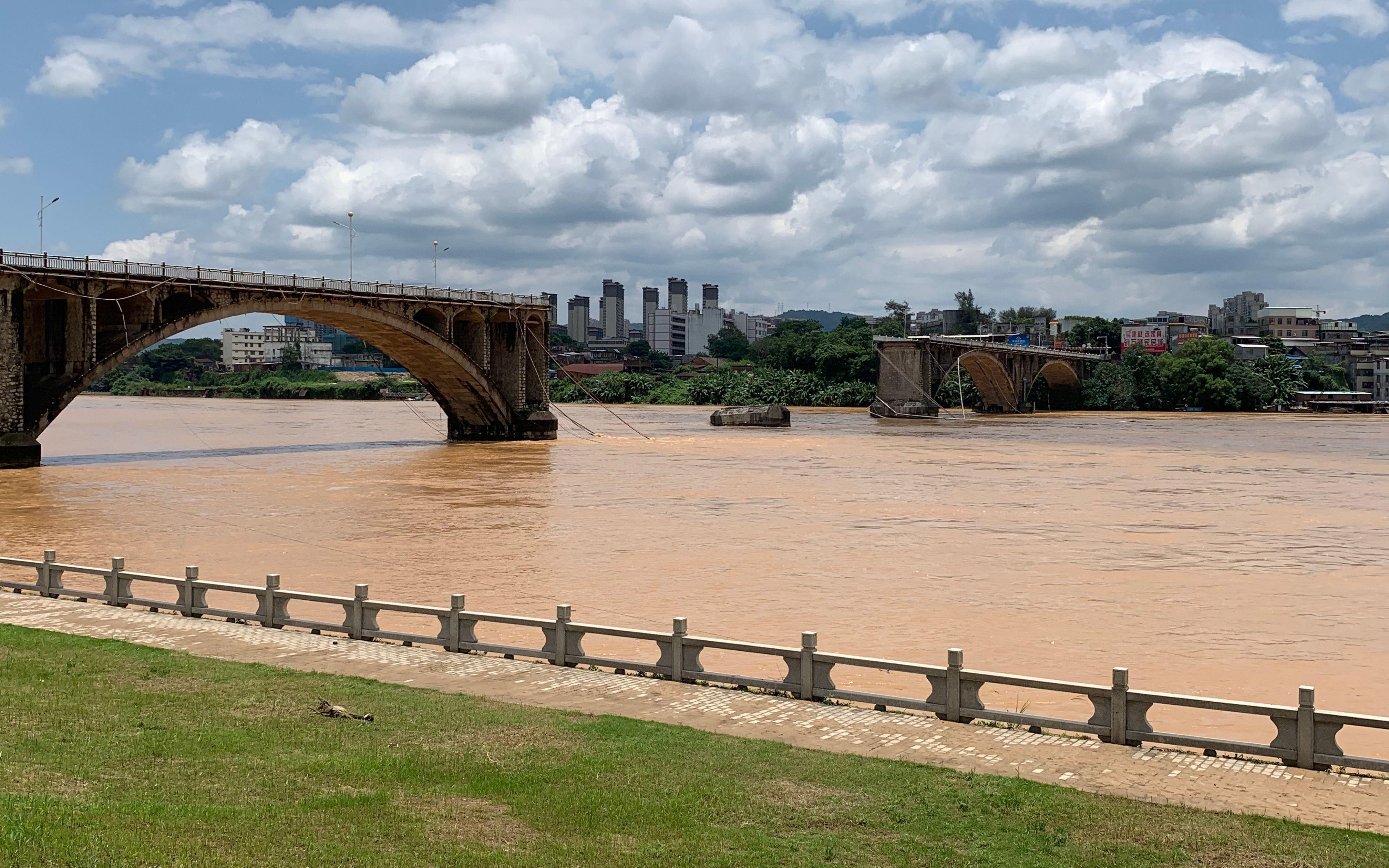 广东河源东江大桥垮塌救援:有2名落水者下落不明