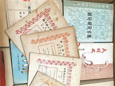 """收藏剧本4000多册 老刘想办""""话剧展"""""""