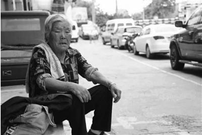 八旬奶奶每天坐校門口8小時守望孫子:他不長大我不敢老
