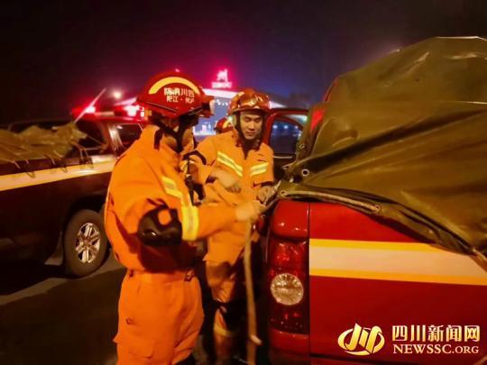 瀘州消防第一批救援力量9車52人前往震中