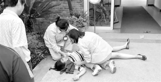 一名孕婦突然倒地,接下來的一幕很贊