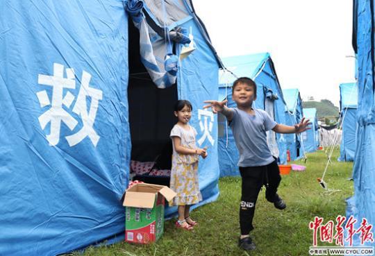 四川长宁震后39小时 第一个儿童乐园建起来了