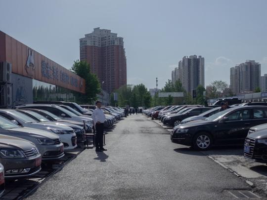 """汽车经销商老大申请破产重组 是4S店""""关店潮""""的第一块多米诺骨牌吗?"""