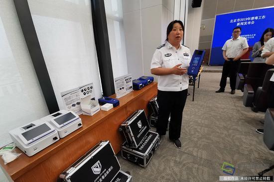 6月21日上午,北京市人民政府新闻办公室新闻发布厅,北京市召开2019年禁毒工作新闻发布会。图为现场展示禁毒装备。千龙网记者 万小军摄