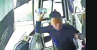 售票员非法上客遭拒暴怒 挥杯砸向司机