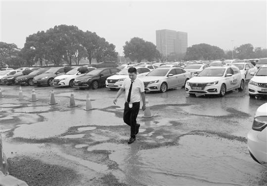 杭州首个网约车专用停车场破损严重司机