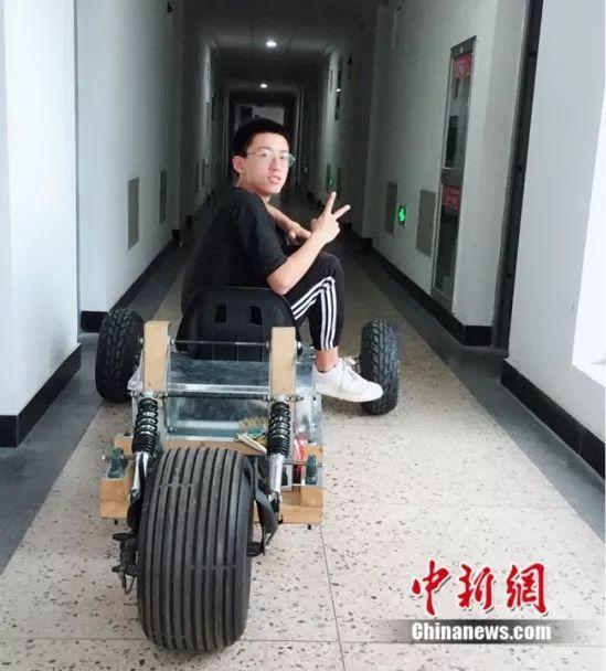"""大学生在宿舍造出一辆""""超酷跑车"""