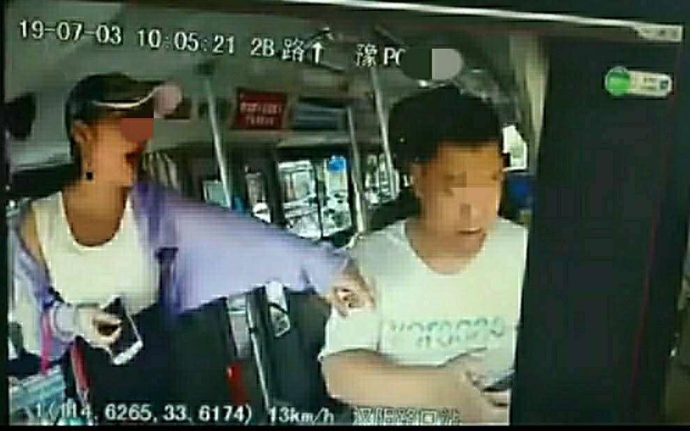 河南周口一女子搶奪方向盤并腳踹公交司機 警方介入