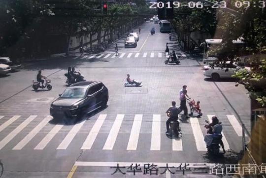 开孙子的玩具卡丁车赶去单位加班 一男子被罚一千车被扣