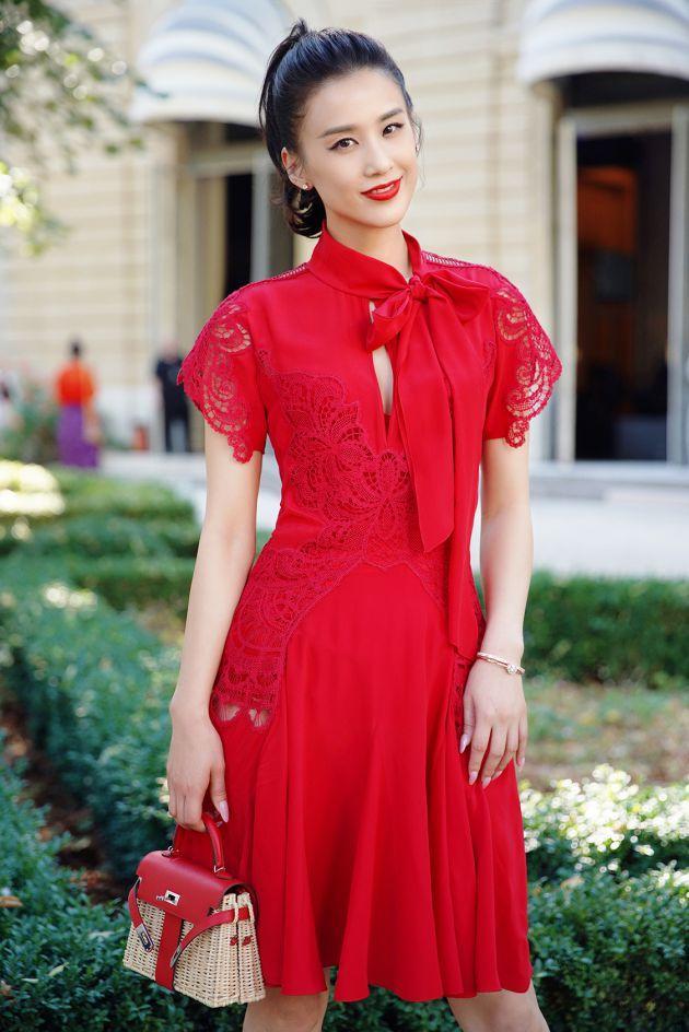 黄圣依亮相时装周 造型优雅获赞