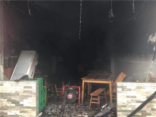 四川自贡一餐馆起火 受伤厨师被送医接受治疗