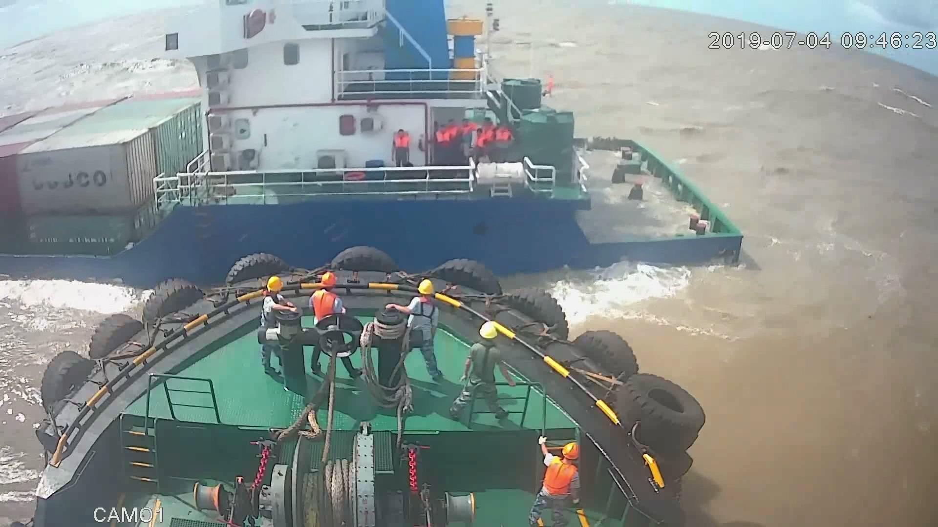 """台风""""木恩""""致8人被困货船 广西防城港多部门营救"""