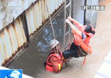 福建松溪:强降雨致内涝 消防员急流中救援群众