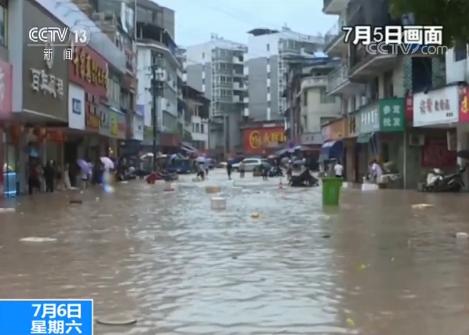 福建松溪:強降雨致內澇 救火員激流中救