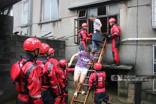 桂林一宿舍楼内涝致18户26人被困 消防告急救援