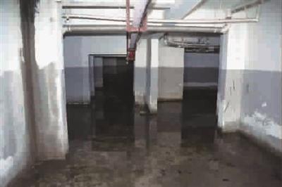 楼下车库常年积水 一年多 居民难忍刺鼻臭味 蚊子多